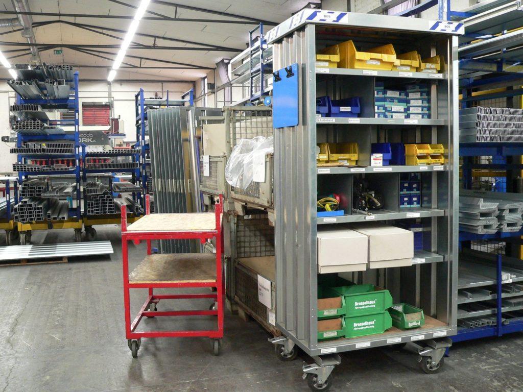 varelager hyllesystem med containere