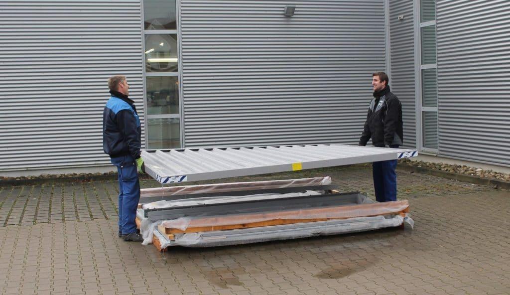 2 personer monterer quickbuild container